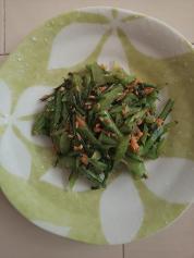 12月10日 春菊の茎と鮭のバター炒め
